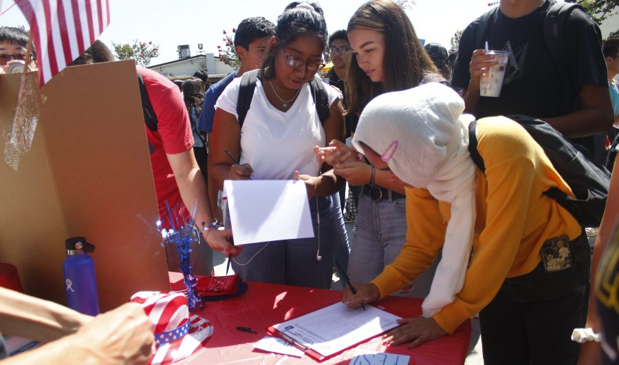 Students sign up for the Junior States of America club. (Photo taken by Accolade photographer Brianna Zafra)