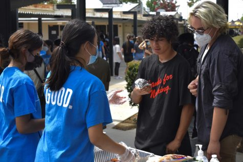 Link Crew leaders senior Alyssa Galvez (left) and junior Ellie Kim (right) hand out hot dogs to sophomores Andy Aguirre (left) and Maximiliano Soto (right) at the Sophomore Welcome BBQ held Wednesday, Aug. 11, in the quad.
